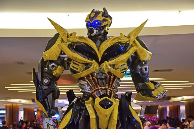 Istota ludzka rozmiaru model Bumblebee od transformatorów zdjęcie royalty free