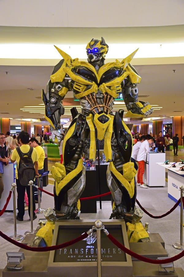 Istota ludzka rozmiaru model Bumblebee od transformatorów obraz royalty free