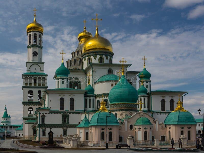 Istra, het gebied van Moskou, Rusland - April 12, 2019: Verrijzeniskathedraal van het Nieuwe klooster van Jeruzalem stock fotografie