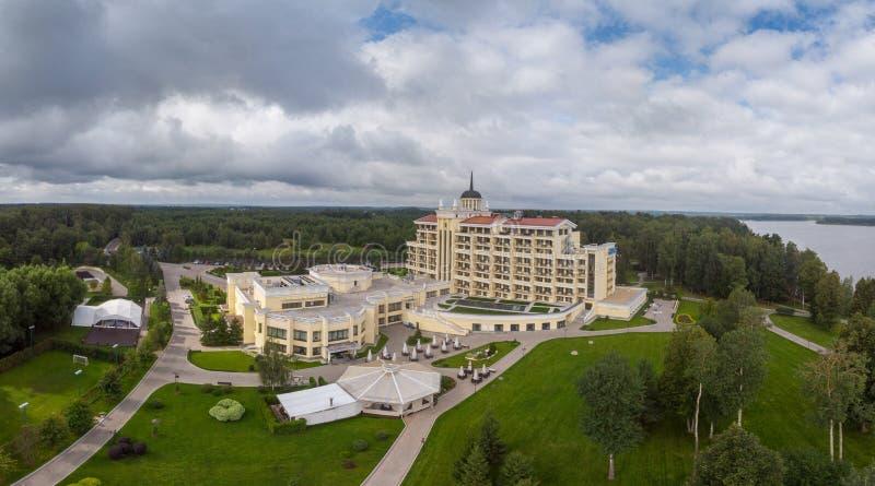 ISTRA, RUSIA - AGOSTO DE 2019 hotel y balneario del mistral fotos de archivo