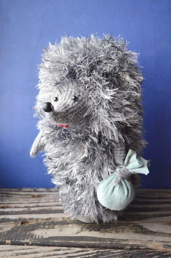 Istrice molle del giocattolo Istrice tricottato fatto a mano isolato su fondo blu fotografia stock libera da diritti