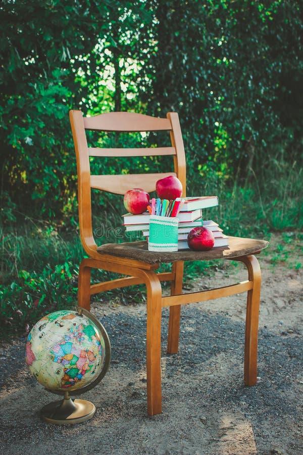 Istruisca la natura morta con le mele, il globo, libri fotografia stock libera da diritti