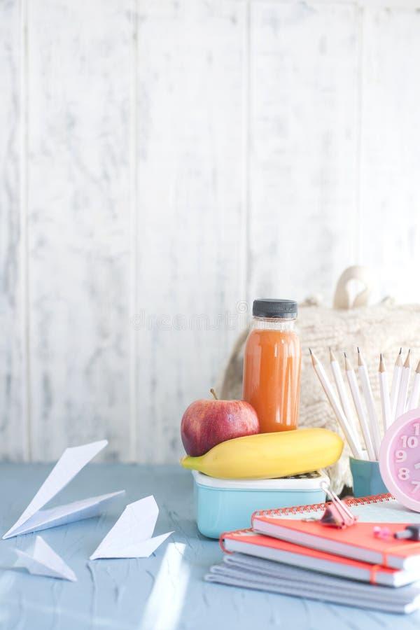 Istruisca la prima colazione con la frutta e le verdure sul piatto Posto per testo Libri per la scuola immagini stock