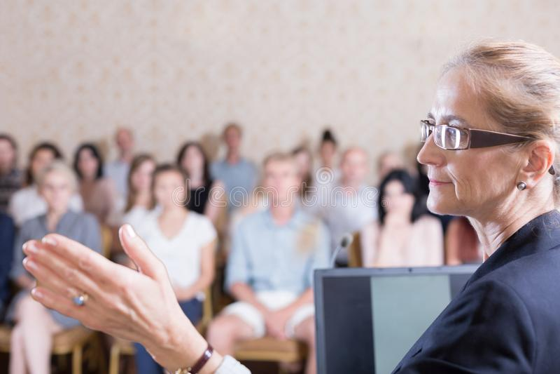 Istruttore corporativo durante il simposio di affari immagini stock