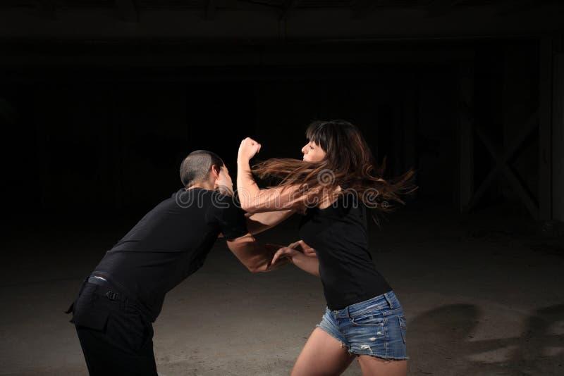 Istruttore della femmina di arti marziali fotografia stock