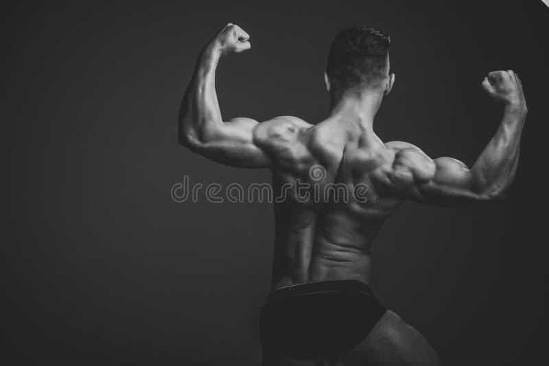 Istruttore di forma fisica Uomo con l'ente e la parte posteriore bagnati muscolari fotografia stock