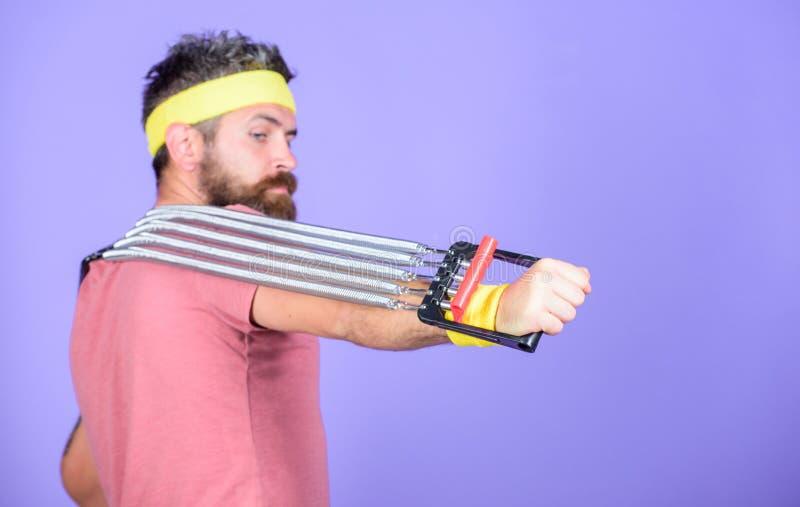 Istruttore di sport dell'atleta Lascia le armi di allungamento Atleta che allunga con l'estensore Sportivo che si prepara allunga fotografia stock
