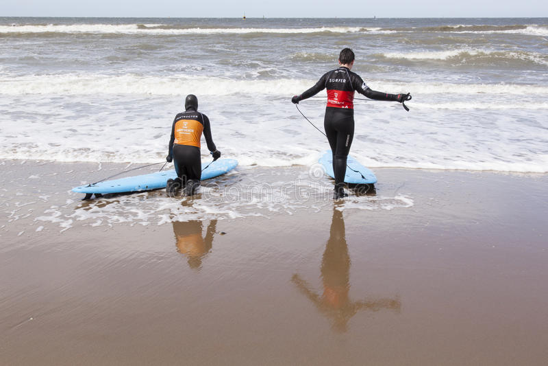 Istruttore e surfista sulla spiaggia di Scheveningen immagini stock