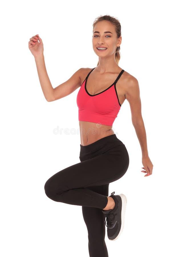 Istruttore felice di forma fisica della donna che excercising immagine stock