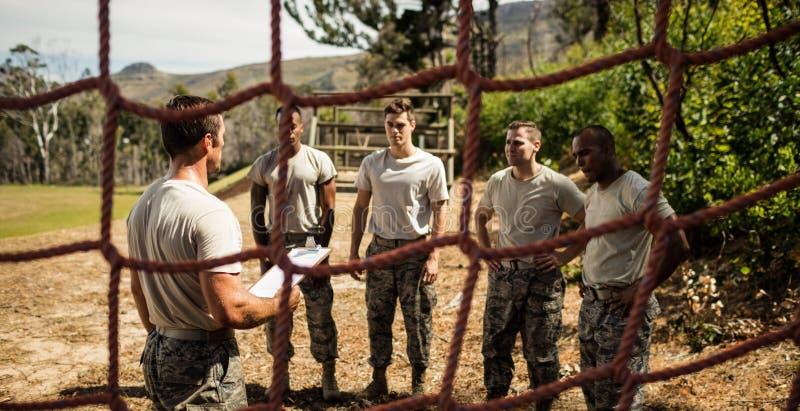 Istruttore maschio che istruisce i soldati immagini stock
