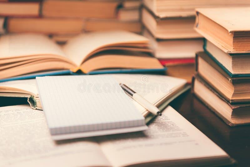 Istruzione che impara concetto con il libro aperto ed il taccuino sulla tavola immagini stock