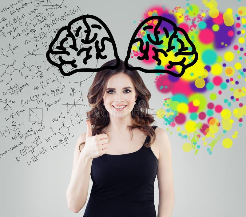 Istruzione di creatività, nuove idee e a destra e a sinistra emisferi del concetto del cervello Studentessa sorridente su fondo c fotografie stock libere da diritti