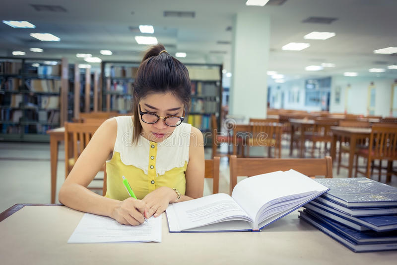 Istruzione di studio, donna che scrive una carta immagine stock