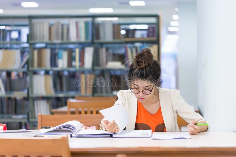 Istruzione di studio, donna lavorata immagini stock