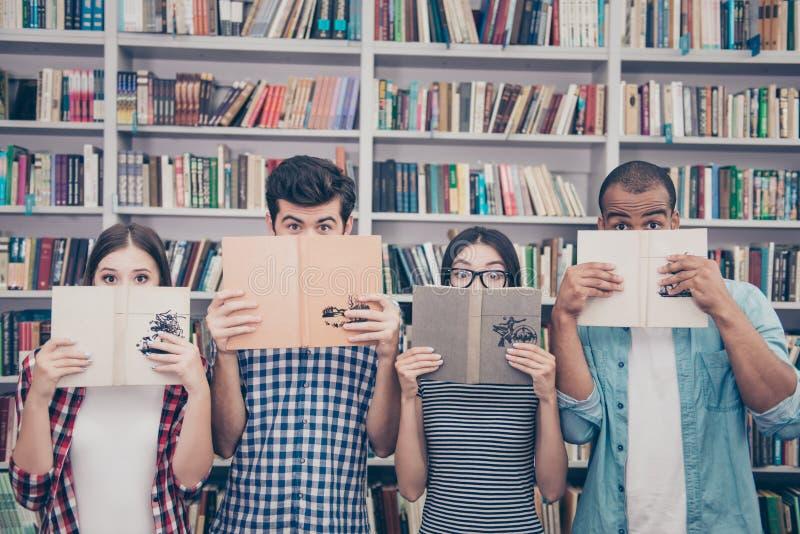 Istruzione e concetto adolescente Un gruppo di muiti quattro etnico studen immagine stock