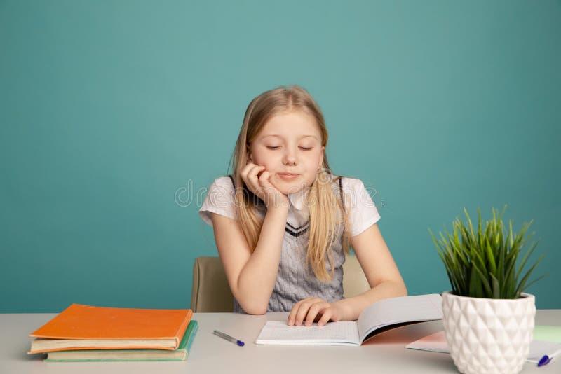 Istruzione e concetto della scuola - piccola ragazza sorridente dello studente con molti libri a scuola immagini stock libere da diritti