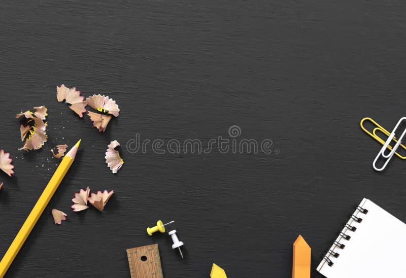 Istruzione e rifornimenti per il fondo dell'insegna sulla vista superiore della lavagna con lo spazio della copia Di nuovo al con immagini stock libere da diritti