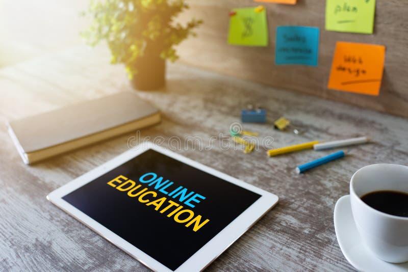 Istruzione online, concetto di concetto di e-learning sullo schermo del dispositivo immagini stock