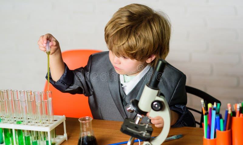Istruzione scolastica Bambino del genio del bambino Analisi chimica Concetto di scienza Bambino dotato e wunderkind Uso del ragaz immagini stock libere da diritti