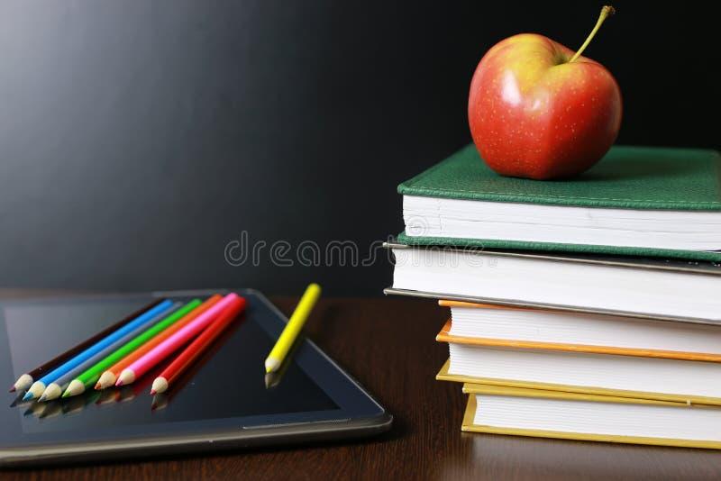 Istruzione una mela e libri immagine stock libera da diritti