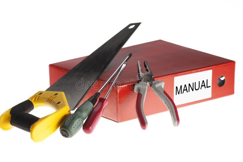 Istruzioni manuali con gli attrezzi su fondo bianco immagini stock libere da diritti