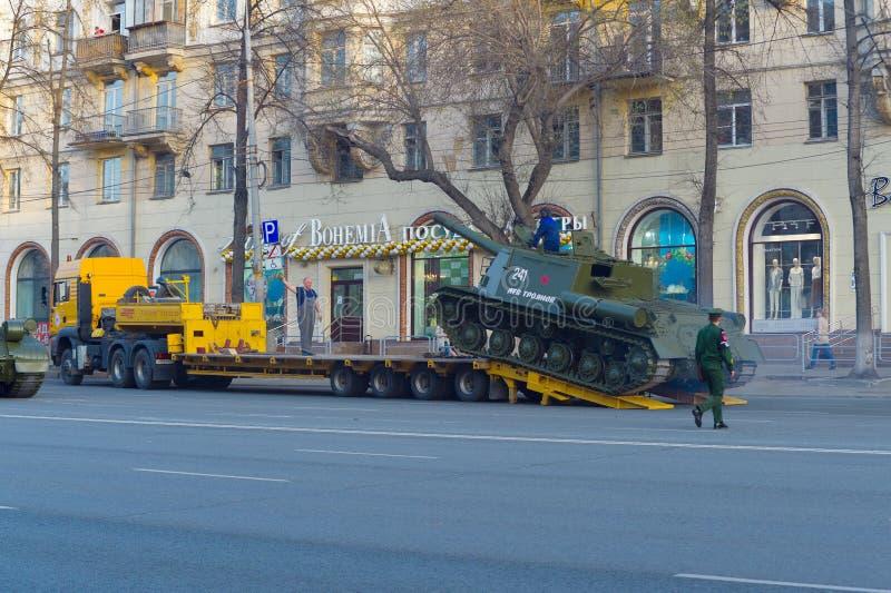 ISU-152 wzrasta wzdłuż gangway trałujący Parady pr?ba obraz stock