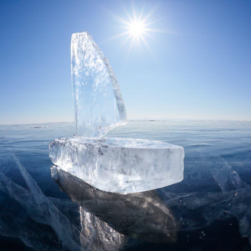 Isyacht på vintern Baical royaltyfria foton