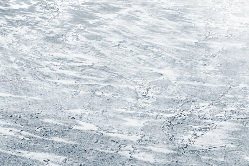 Isyttersida som täckas med show på den djupfrysta floden fotografering för bildbyråer