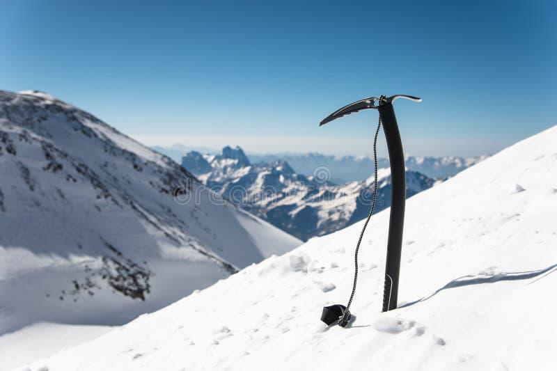 Isyxan i snön mot bakgrunden av snö-täckt vaggar royaltyfri foto