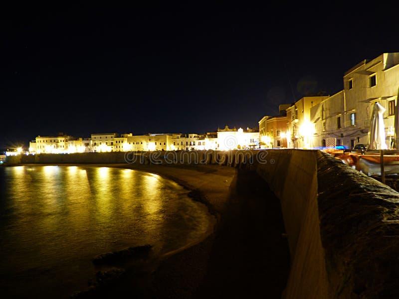 Itália, Apulia, Gallipoli, vista do porto na noite imagens de stock