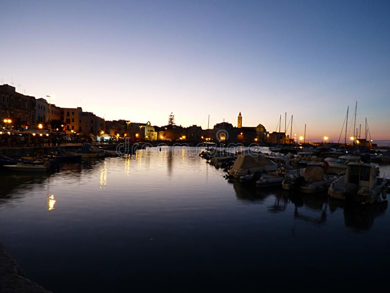 Itália, Apulia, Trani, o porto na noite fotografia de stock royalty free