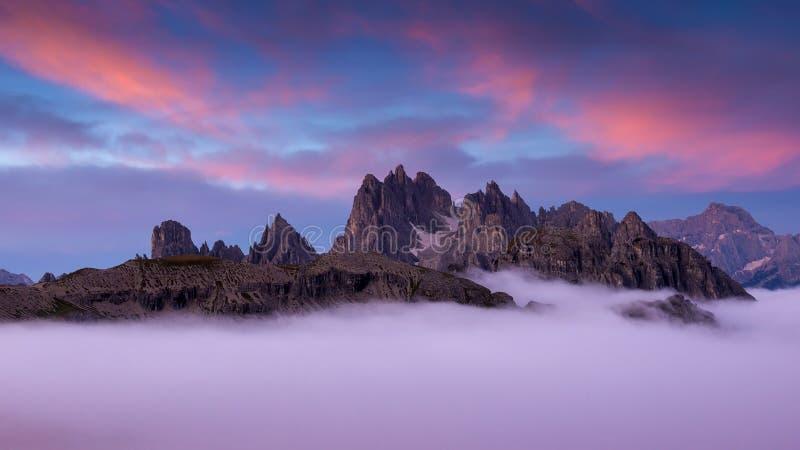 Itália, dolomites - cenário maravilhoso, acima das nuvens imagem de stock