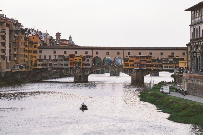 Itália, Florença, o 18 de julho de 2013 ponte Ponte Vecchio ponte velha em Florença, Itália sobre o rio de Arno fotografia de stock royalty free