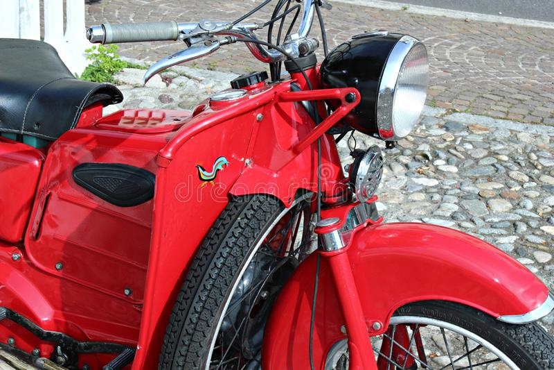 Itália, Lombardia: Motocicleta vermelha velha imagem de stock royalty free