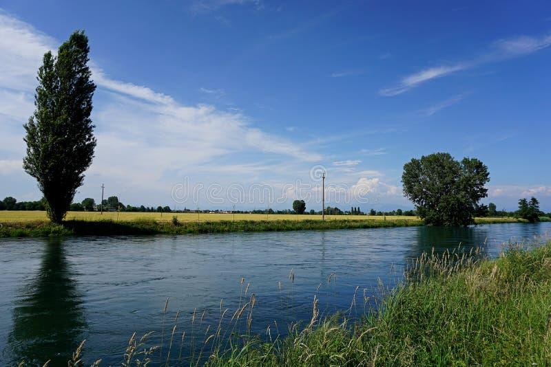Itália, Lombardy, ao longo do canal de água de Muzza foto de stock royalty free