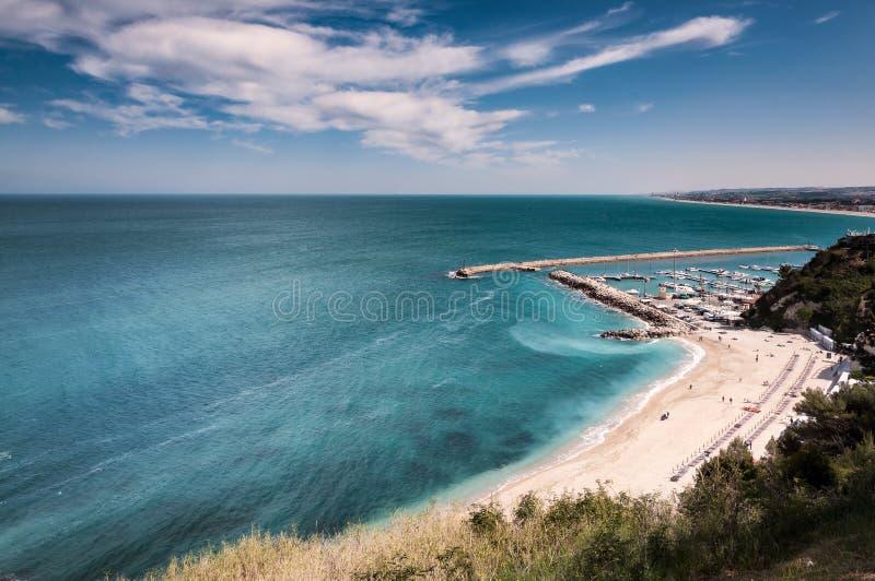 Itália maio de 2017 - vista da praia de Numana com o penhasco claro do mar e da pedra calcária foto de stock royalty free