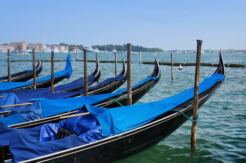 Itália, manhã em Veneza gondolas imagem de stock royalty free