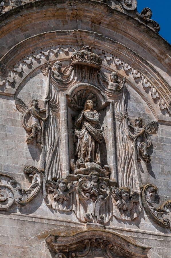 Itália Matera Igreja de San Francesco d'Assisi, séculos 13-18 fachada barroca Nicho com o Immaculado entre anjos foto de stock