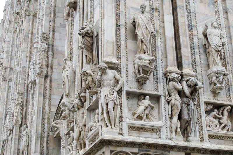ITÁLIA, MILÃO - 12 de novembro de 2018: Esculturas de Milan Cathedral fotografia de stock