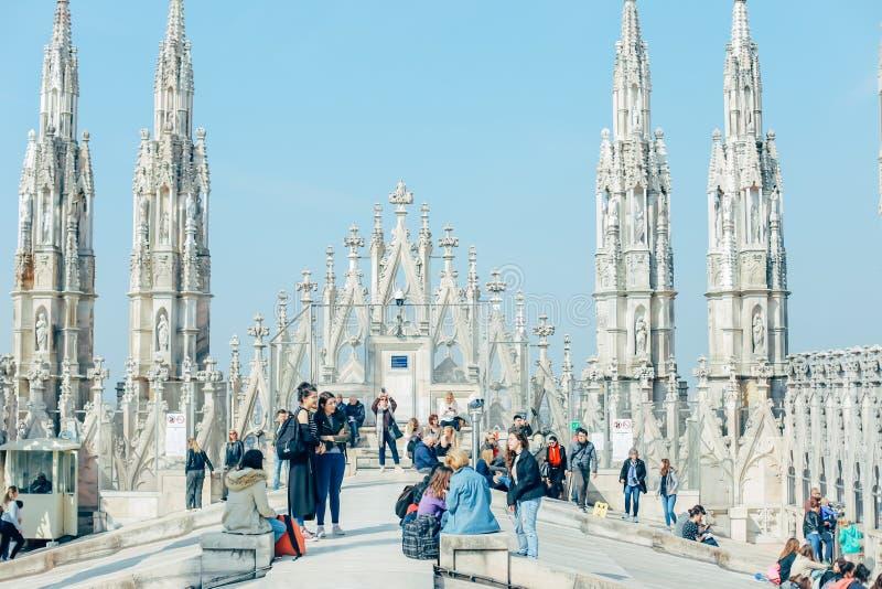 Itália, Milão, o 6 de abril de 2018: povos no telhado da catedral do domo em Milão fotografia de stock royalty free