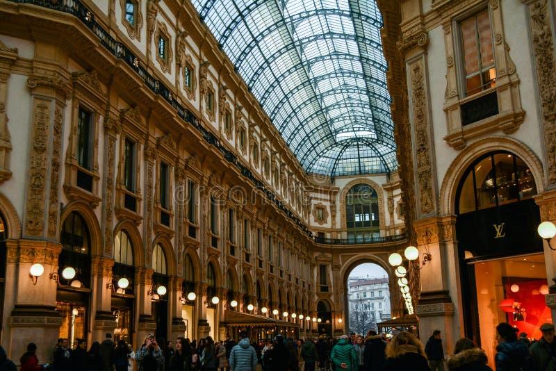 Itália, Milão, pessoa no shopping fotos de stock