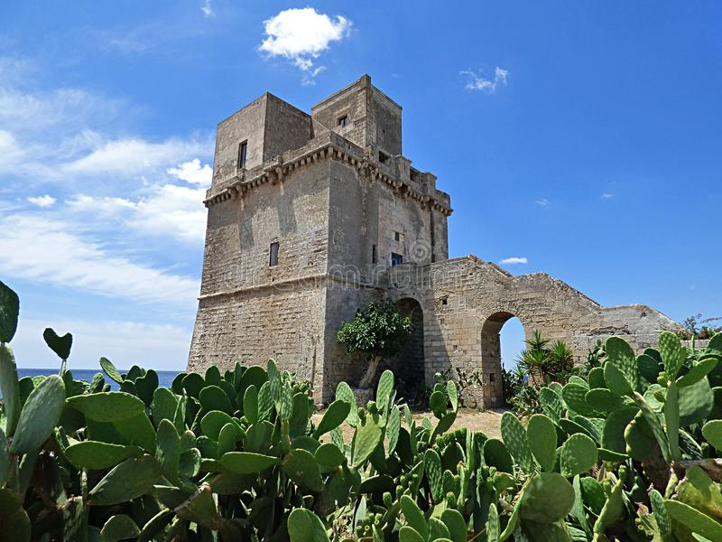 Itália, Puglia, Porto Cesareo, Prosciutto de Punta e Torre Colimena imagem de stock