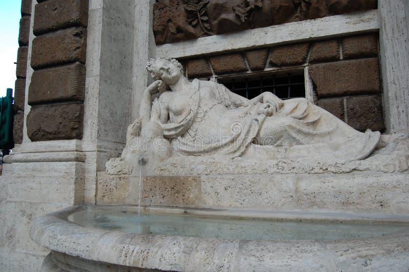 Itália, Roma Natal em Roma Arquitetura do renascimento A fonte de água na parede da casa imagens de stock royalty free