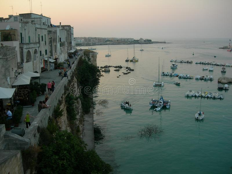 Itália, Salento: Panorâmico de Otranto velho no por do sol imagens de stock royalty free