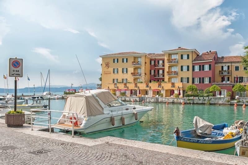 Itália, Sirmione, lago Garda 17 de julho de 2014 Vista bonita da cidade italiana de Sirmione no lago Garda da fortaleza em uma SU imagens de stock royalty free