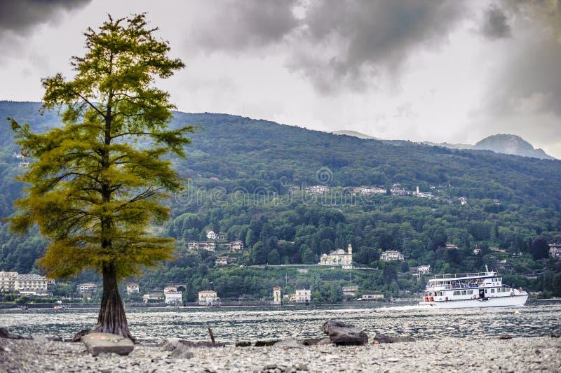 Itália, Stresa, Piedmont, barco navega nas águas fotografia de stock