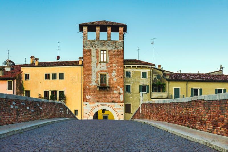 Itália, Verona Ponte vazia de Ponte Pietra sem ninguém Quarantine coronavirus covid 19 conceito imagem de stock