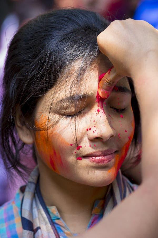 It's ruega con el polvo coloreado, participa en las celebraciones del festival de Dol Utsav fotos de archivo libres de regalías