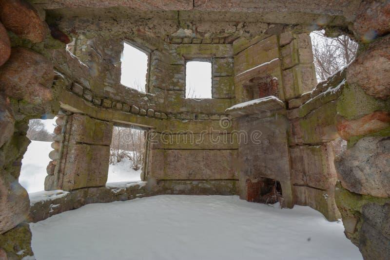 It's che nevica e grigio dentro la torre a Bartlett Castle in Groton, mA fotografie stock