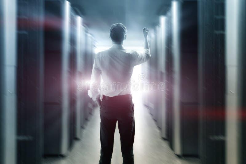 IT工程师在运作的数据中心 免版税图库摄影